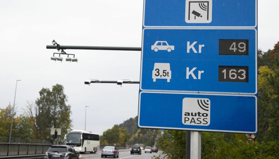 DYR PASSERING: De nye bompengetakstene blir ytterligere tredoblet når konsentrasjonen av helsefarlig NO2 i Oslo-lufta kommet over et visst nivå. Foto: NTB Scanpix
