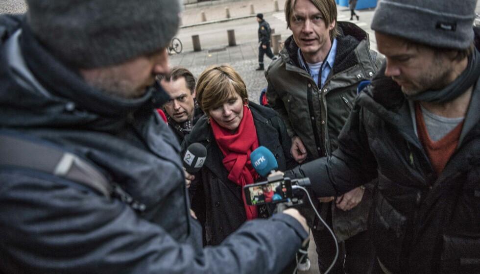 OMGITT AV PRESSEN: Da SSB-sjef Christine Meyer ankom finansdepartementet, var hun omgitt av pressen. Foto: Thomas Rasmus Skaug/Dagbladet