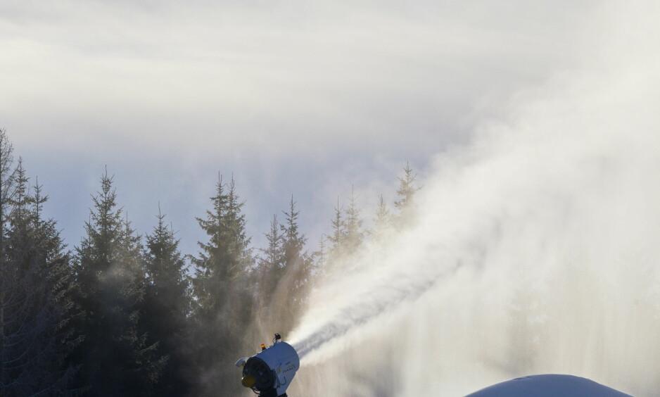 DISKUTERTE SNØ: Norske forskere mener det er mulig å lage miljøvennlig snø i plussgrader.  Foto: Vegard Grøtt / NTB scanpix