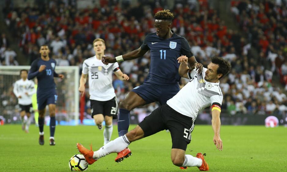 UNGT LAG: England brukte sitt yngste lag siden 1980. Her er Tammy Abraham (20) i en duell med Mats Hummels (28). Foto: Jason Brown / JMP / REX / Shutterstock / NTB Scanpix