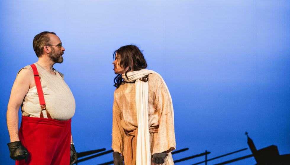 HO-HO-HO: «Faens nisse!» er en vilter julekomedie, der striden står mellom nissen Nikko (Jon Bleiklie Devik) og Jesus (Joachim Rafaelsen). Foto: Dag Jenssen, Det Norske Teatret
