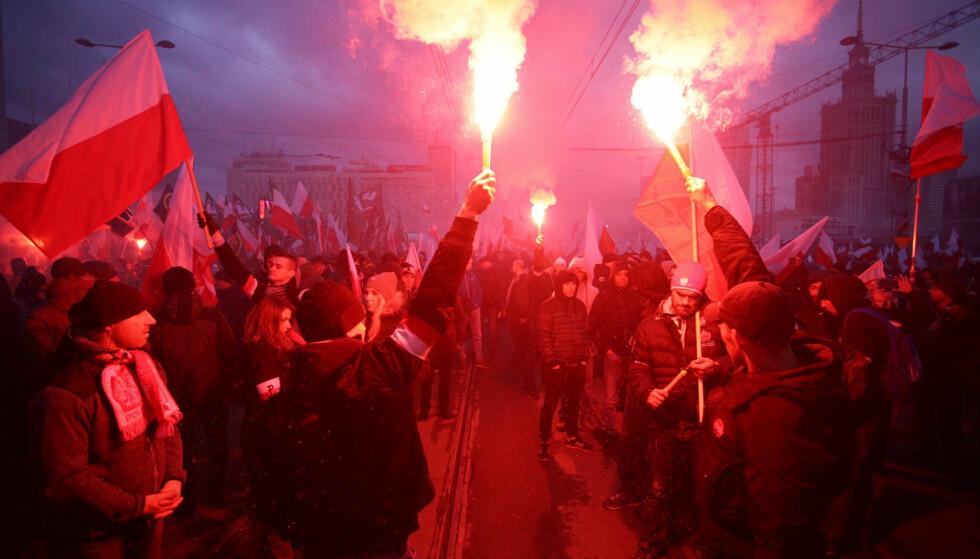 DEMONSTRERER: Med brennende fakler demonstreres det i Warsawa, Polens hovedstad, på landets frigjøringsdag. Foto: EPA/Jacek Turczyk/NTB Scanpix