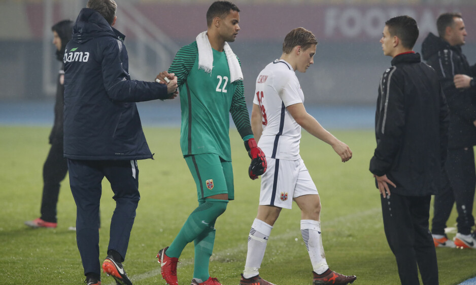 TRIST KVELD: Sten Grytebust og Jonas Svensson forlater banen etter 0-2-tapet for Makedonia lørdag kveld. Foto: Terje Bendiksby / NTB scanpix
