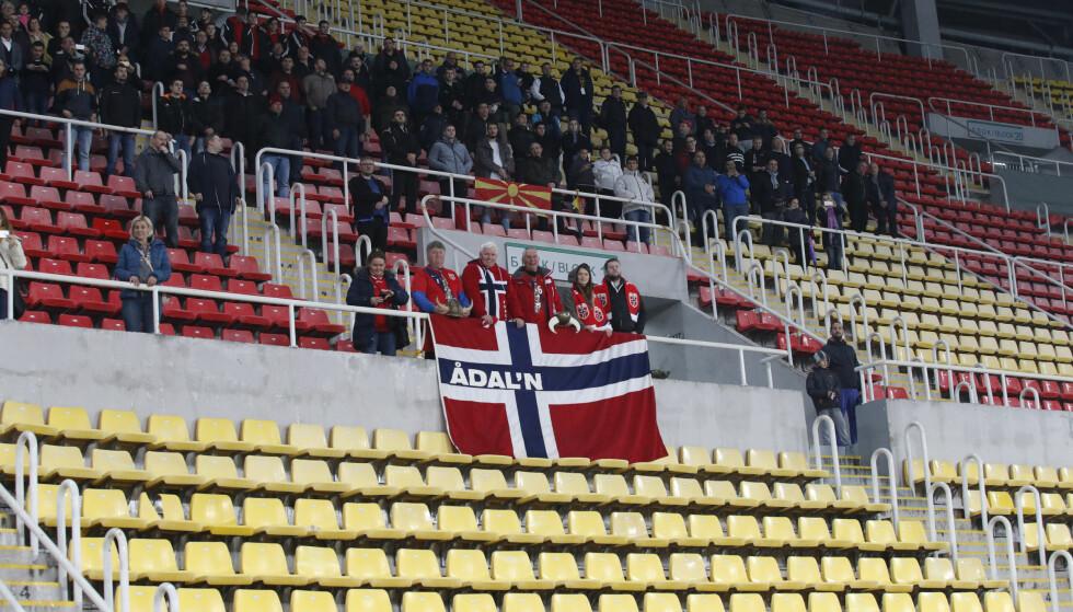 STØTTET LAGET: De norske tilskuerne i Skopje hadde lite å juble for. Foto: Terje Bendiksby / NTB scanpix