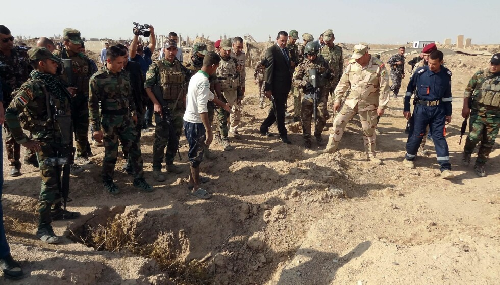 MASSEGRAV: I denne massegraven skal minst 400 antatte IS-ofre ha blitt gravlagt. Massegraven ligger på det som tidligere var amerikanske styrkers hovedkvarter i Irak. Foto: AFP PHOTO / Marwan IBRAHIM / NTB scanpix