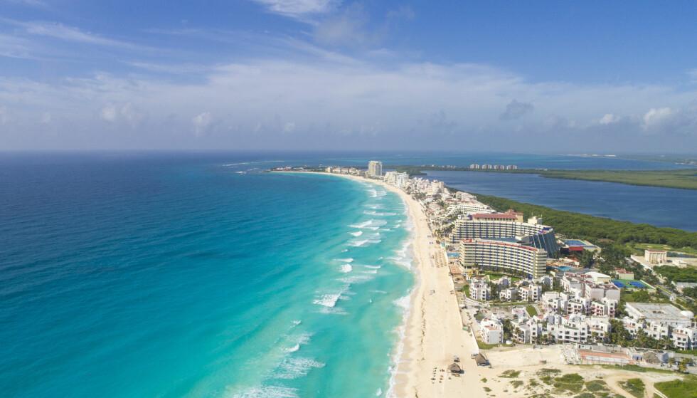 TRENGER AMBASSADØR: Det er ledig jobb for markedsfører av den mexicanske feriebyen Cancun. Jobben går rett og slett ut på å skryte av stedet på sosiale medier. En del strandliv må nok påregnes. Foto: NTB Scanpix