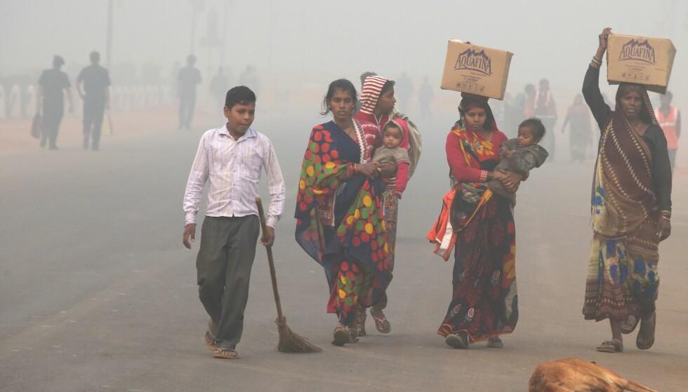 UBESKYTTET: Myndighetene i India råder folk å beskytte seg mot smogen når de ferdes ute, men flere av byens fattige har ikke råd til masker og eksponeres derfor for den giftige luften. Foto: AFP PHOTO / DOMINIQUE FAGET