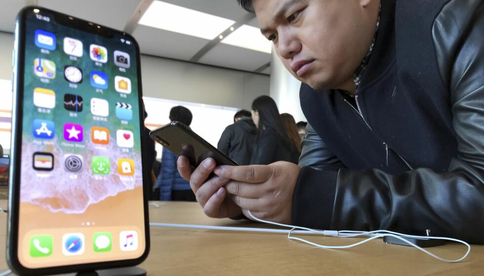 VÆRTRØBBEL: Den nye iPhone X har problemer med å takle kaldt vær, innrømmer Apple. Foto: AP Photo/Ng Han Guan