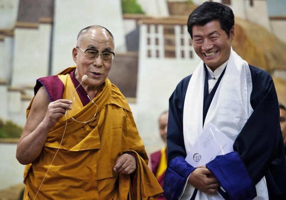 TIBETS TO LEDERE: Lobsang Sangay (t.h.) er statsminister i eksil og Tibets politiske leder, mens Dalai Lama fortsatt er Tibets åndelige leder. Foto: AP / NTB Scanpix