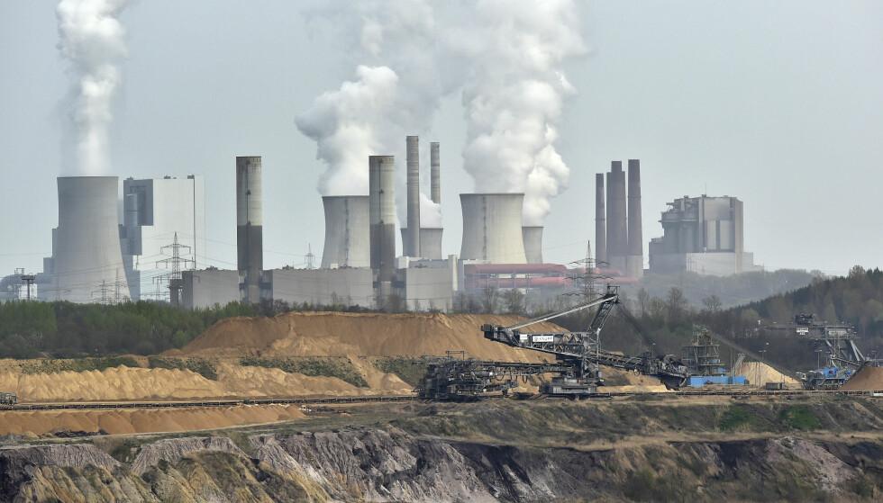 Utvinning av brunkull foran et kraftverk i Grevenbroich i Tyskland. Illustrasjonsfoto: Martin Meissner / AP / NTB scanpix