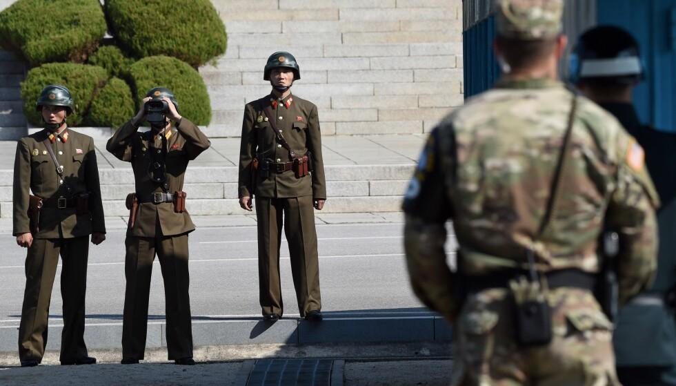 SKUTT: En nordkoreansk soldat har hoppet av til Sør-Korea gjennom den tungt bevoktede demilitariserte sonen mellom de to landene, melder sørkoreanske medier. Foto: Jung Yeon-je / AFP / NTB Scanpix