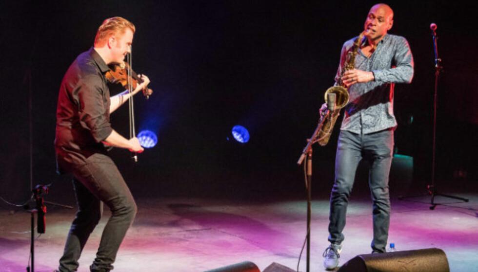 NORGE RUNDT: Ola Kvernberg og Joshua Redman på scenen. Denne uka er de på turne i en rekke norske byer.