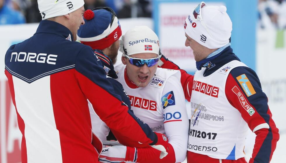 DET STØRSTE ØYEBLIKKET: Norge har akkurat vunnet VM-gullet på stafetten i Lathi 2017. Nå er hele laget med Didrik Tønseth, Niklas Dyrhaug, Martin Johnsrud Sundby og Finn-Hågen Krogh vraket til VM i Oberstdorf. FOTO: Lise Åserud / NTB scanpix