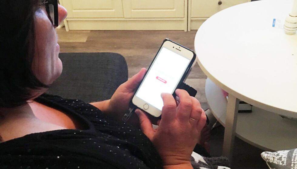 SJEF PÅ MOBIL: Anja Senneset (43) er fornøyd med familiens nye mobilabonnement – som hun kan styre fra mobilen. Foto: Privat