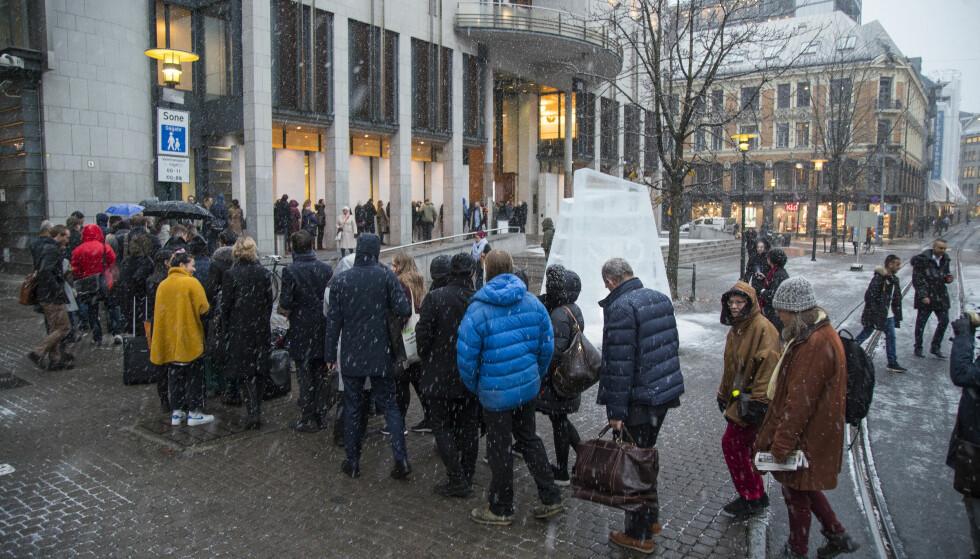LANG KØ: Køene utenfor Oslo tingrett var lange tirsdag morgen før den historiske rettssaken som Greenpeace og Natur og Ungdom har anlagt mot staten. Foto: Heiko Junge / NTB scanpix
