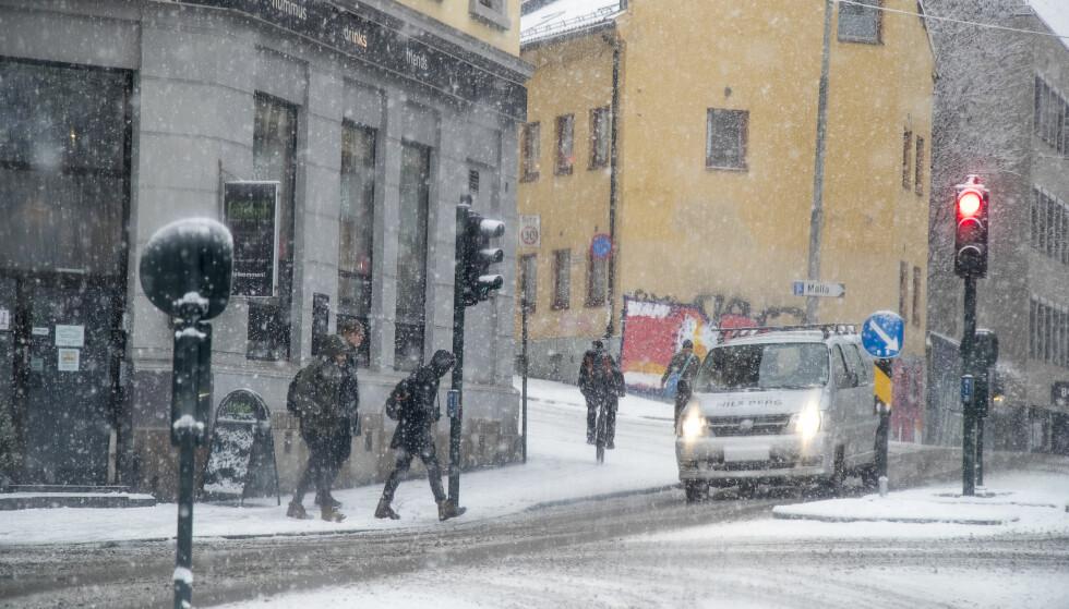 SNØ: Vinterens første snøfall skaper problemer mange steder. Bildet er fra Oslo tirsdag formiddag. Foto: Heiko Junge / NTB scanpix