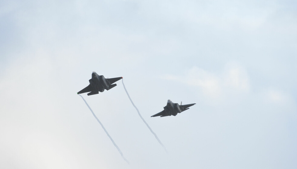 LANDET PÅ ØRLAND: På Luftforsvarets 73. bursdagsmarkering er de nye F-35 flyene på vingene over Trøndelag og med blant annet kong Harald, og statsminister Erna Solberg som tilskuer på Ørland hovedflystasjon. Foto: Ned Alley / NTB scanpix
