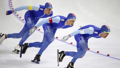 SUKSESS: Sindre Henriksen, Håvard Bøkk og Sverre Lunde Pedersen tok 2. plassen på lagtempoen i Heerenveen, en av totalt seks norske pallplasser. Foto: NTB Scanpix