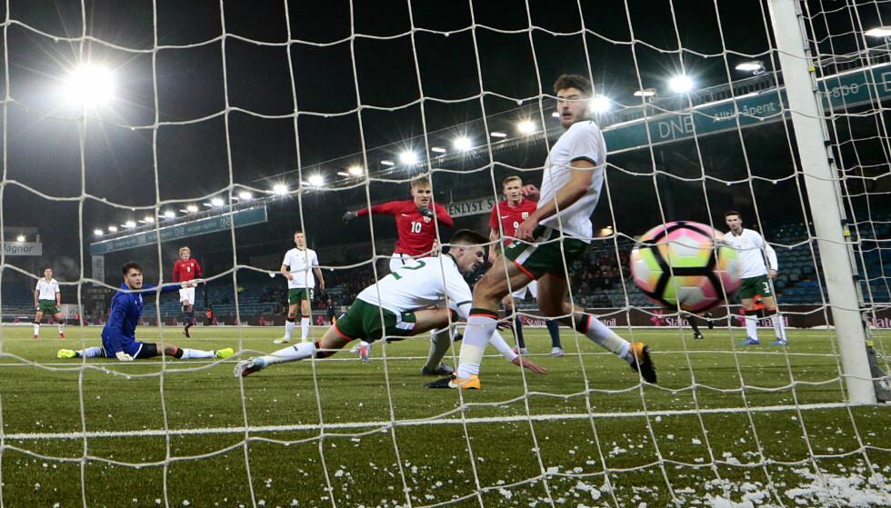 SCORING: Martin Ødegaard har rundet keeper og setter ballen i nettet. Foto: Lise Åserud / NTB scanpix
