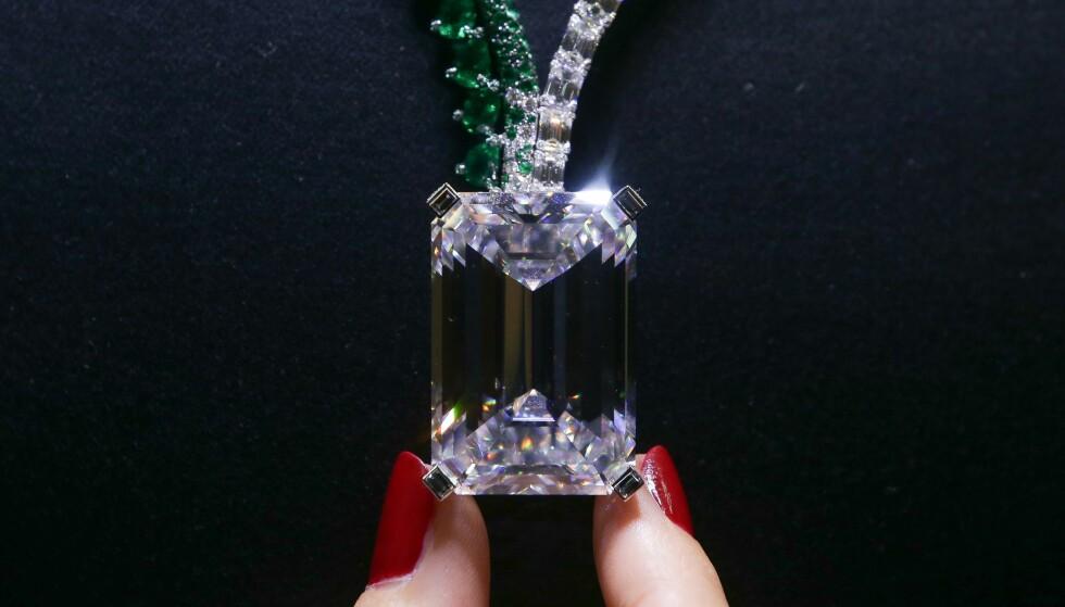 GIGANT: Den største diamanten som noensinne er lagt ut for salg på auksjon, gikk under hammeren i Genève for 274 millioner kroner, opplyser Christie's. Foto: Daniel Leal-Olivas / AFP PHOTO / NTB Scanpix