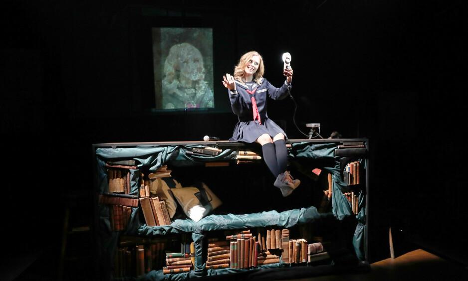 AVHENGIG AV RESPONS: Ina Maria Brekke som Sara. Foto: Kjartan Bjelland, Kilden Teater