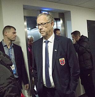 ALVORLIG: Landslagstrener Lars Lagerbäck hadde liten grunn til å smile på vei til pressekonferansen etter kampen. Foto: Terje Bendiksby / NTB scanpix