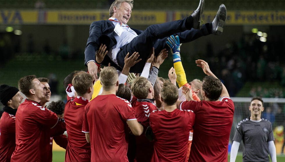 HYLLET: Åge Hareide ble hyllet av spillerne etter kampen. Foto: Liselotte Sabroe/Scanpix Danmark / NTB scanpix