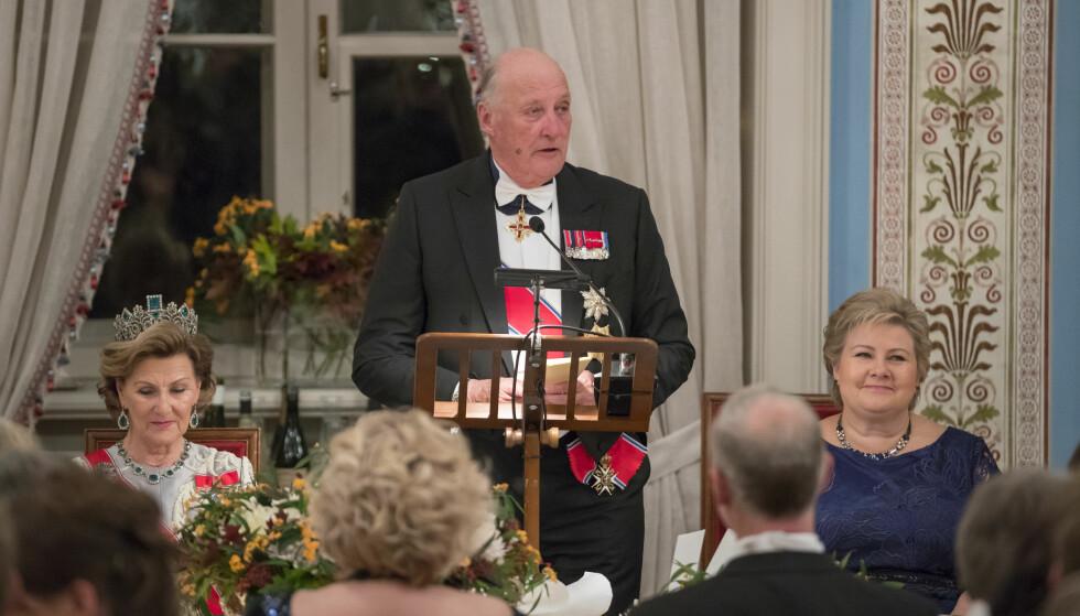 SYK: For en drøy måned siden holdt kong Harald tale under den tradisjonsrike stortingsmiddagen på Slottet. Nå er han syk, som følge av en infeksjon. Foto: Heiko Junge / NTB scanpix
