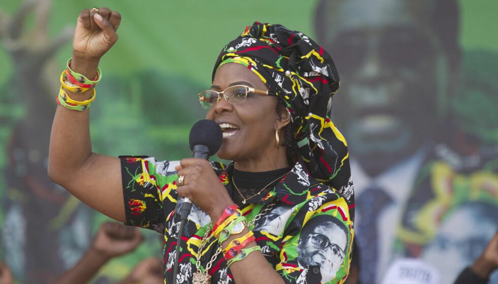 IKKE PRESIDENT LIKEVEL?: Zimbabwes førstedame Grace Mugabe på et valgmøte i Chinhoyi i juli i år - med president og ektemann Robert Mugabe på plakat i bakgrunnen. Foto: Tsvangirayi Mukwazhi, AP/NTB Scanpix.