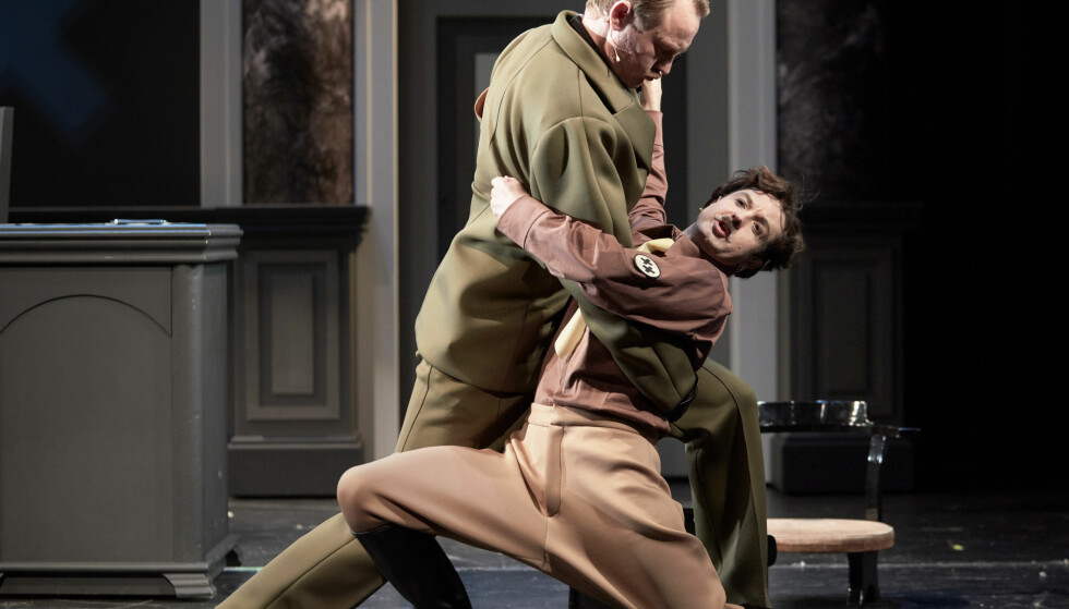 LEVENDE BILDER: Lars Funderud Johannessen som Chaplin i «Diktatoren». Her i tango med Glenn André Kaada. Foto: Stig H. Dirdal, Rogaland Teater