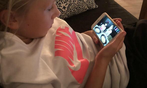 UNDERHOLDNING OG HYGGE: Yngstedatter Marte har som barn flest et helt annerledes mobilbruk enn foreldrene. Foto: Privat
