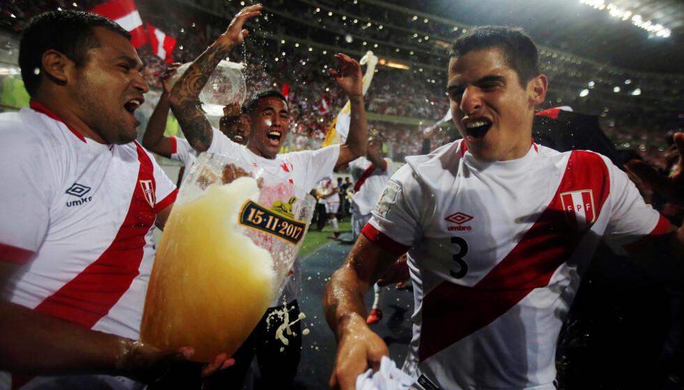 ELLEVILL FEIRING: Her feirer Perus landslagsspillere VM-billetten. Foto: REUTERS/Douglas Juarez