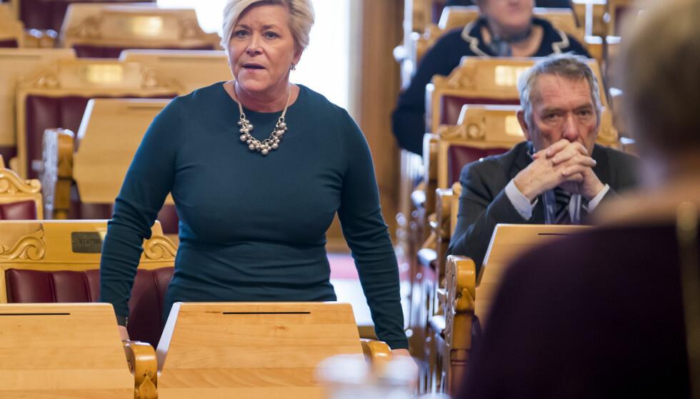 PRESSET: Finansminister Siv Jensen dukket uventet opp da statsminister Erna Solberg måtte svare på spørsmål om SSB under den muntlige spørretimen på Stortinget forrige onsdag. Foto: Heiko Junge / NTB scanpix
