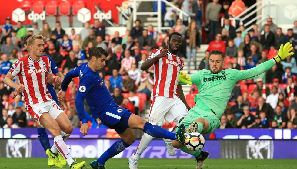 HATTRICK: Alvaro Morata scoret tre mål mot Stoke og Jack Butland. Foto: AFP PHOTO / Lindsey PARNABY / NTB Scanpix