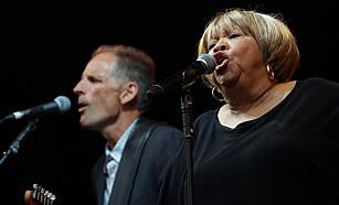 NYTT ALBUM: Soul- og R&B-artist Mavis Staples og bluesgitaristen Rick Holmstrom, som er med på hennes ferske album «If All I Was Was Black», fotografert i sommer. Staples er «still going», men mange av hennes samtidige er borte. Foto: Richard Gray / EMPICS / NTB Scanpix