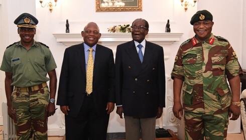 I MØTE: President Robert Mugabe (med blått slips) sammen med landets forsvarssjef Constantino Chiwenga og to sørafrikanske utsendinger. Foto: AFP / NTB Scanpix