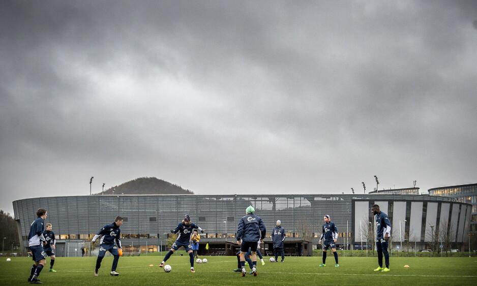 MØRKE SKYER: Da Viking stadion sto ferdig i 2004, skulle klubben kjempe om seriegull hvert år. 13 år seinere er nedrykket til 1. divisjon et faktum.  Foto: Hans Arne Vedlog / Dagbladet