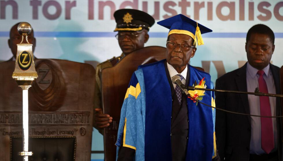 HOLDT TALE: Zimbabwes president Robert Mugabe høstet applaus for sin tale under fredagens uteksamineringsseremoni ved universitetet. Foto: NTB Scanpix