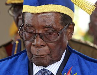 MANN FOR SIN HATT: President Robert Mugabe på uteksamineringsseremonien ved Zimbabwe Open University fredag. Foto: NTB Scanpix