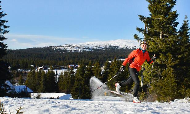 LANG SESONG: Skientusiastene, som Hege Løkke, gleder seg over utsiktene til en lang langrenns-vinter. Her fra Nordseter ved Lillehammer denne uka. Foto: Olav Sand