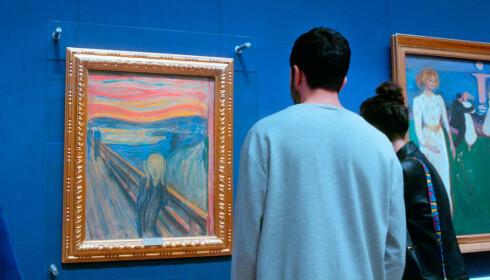 PÅ NÆRT HOLD: I Paris fikk ikke Sam og Marela sett «Mona Lisa» på grunn av trengsel. I Oslo fikk de studere «Skrik» på nært hold. Foto: Waterdrop