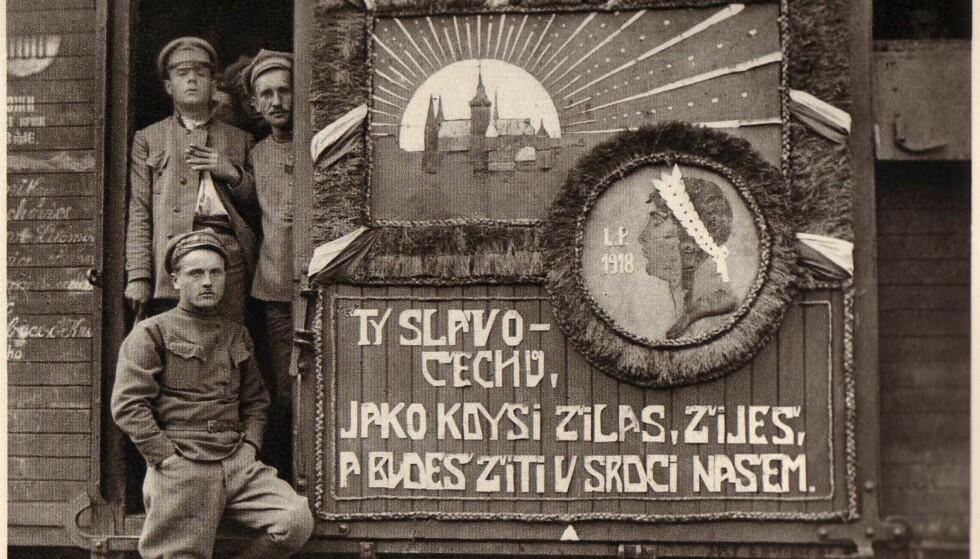 Et hjem på skinner: Tsjekkerne dekorerte vognene med bilder av kongeborgen i Praha til minne om frihetskampen i hjemlandet. Foto: Ukjent