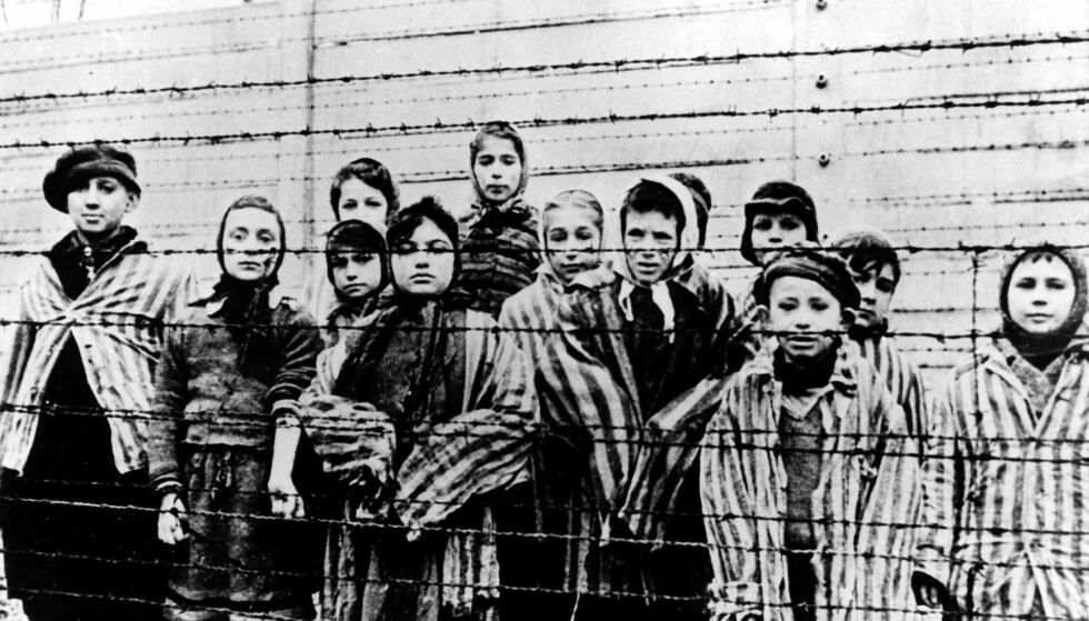 BARN I AUSCHWITZ: En gruppe barn i konsentrasjonsleir-uniformer, fotografert like etter at sovjetiske styrker ankom Auschwitz. Om disse barna var blant Josef Mengeles ofre, vites ikke. Foto: NTB SCANPIX