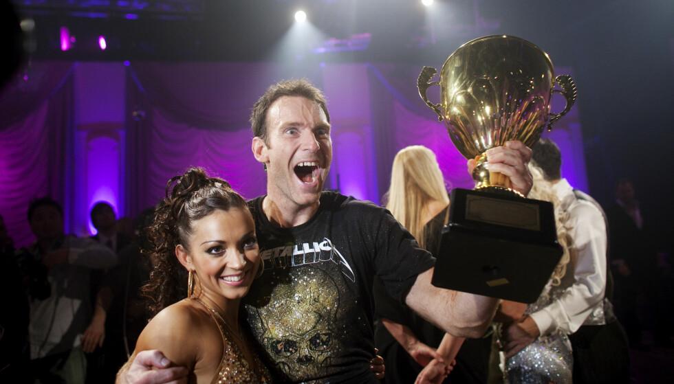 HEIER PÅ KOLLEGAEN: Carsten Skjelbreid og dansepartner Elena Bokoreva Wiulsrud stakk av med seieren i 2009. I år heier han på Helene Olafsen. Foto: NTB scanpix