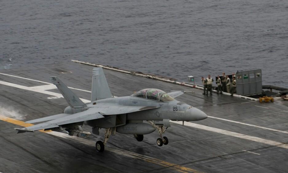 Jagerfly: Denne uka ble et jagerfly av typen Boeing EA-18 Growler brukt til å lage en penisliknende figur på himmelen. Opptrinnet ble møtt med avsky av lederne på marinens flybase på Whidbey Island. Foto: Andrew Caballero-Reynolds / AFP / NTB Scanpix