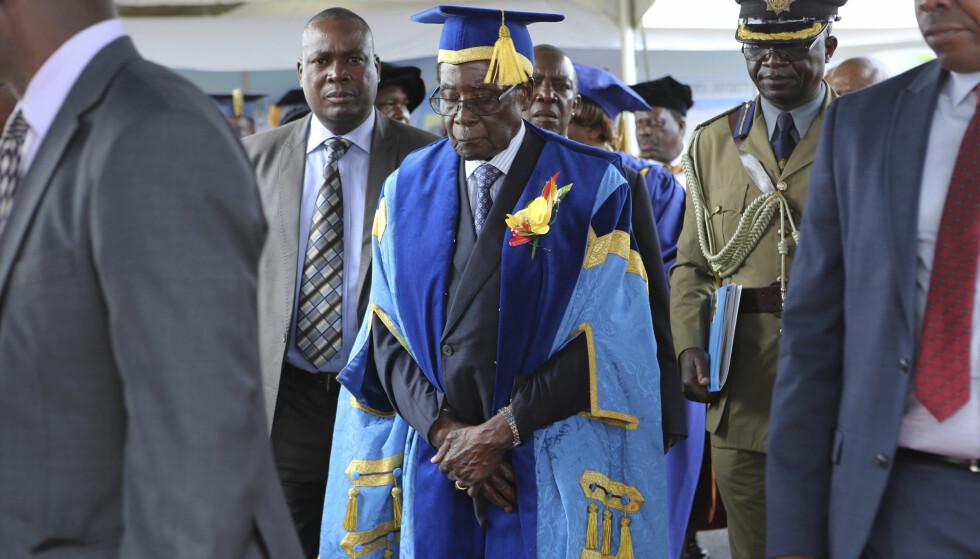 NEKTER Å GÅ: Robert Mugabe nekter å trekke seg fra makta i Zimbabwe. Her viser han seg offentlig for første gang siden maktovertakelsen til millitæret. Foto: AP Photo/Tsvangirayi Mukwazhi