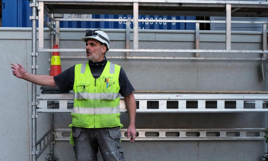 STREIKER: Walter Rossi (53) jobbet i flere år på arbeidskontrakter som ikke holdt norske standarder. Onsdag streiket 2000 mennesker mot bemanningsbyråer i Oslo. Streikgeneral Boye Ullmann mener byråene utfordrer arbeidernes rettigheter. Foto: Emili Knutson