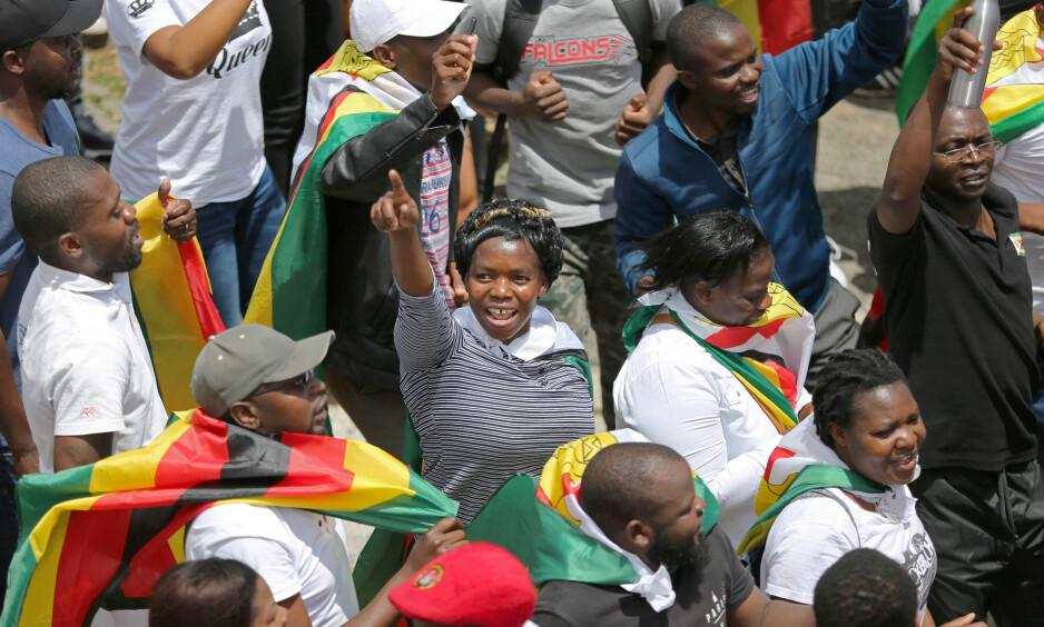 PUSTEHULL: Lørdag har titusener av demonstranter trukket til gatene i Harare, for å demonstrere mot sittende president Robert Mugabe. Demonstrasjonen omtales av Zimbabwe-ekspert som et pustehull av ytringsfrihet. REUTERS/Sumaya Hisham