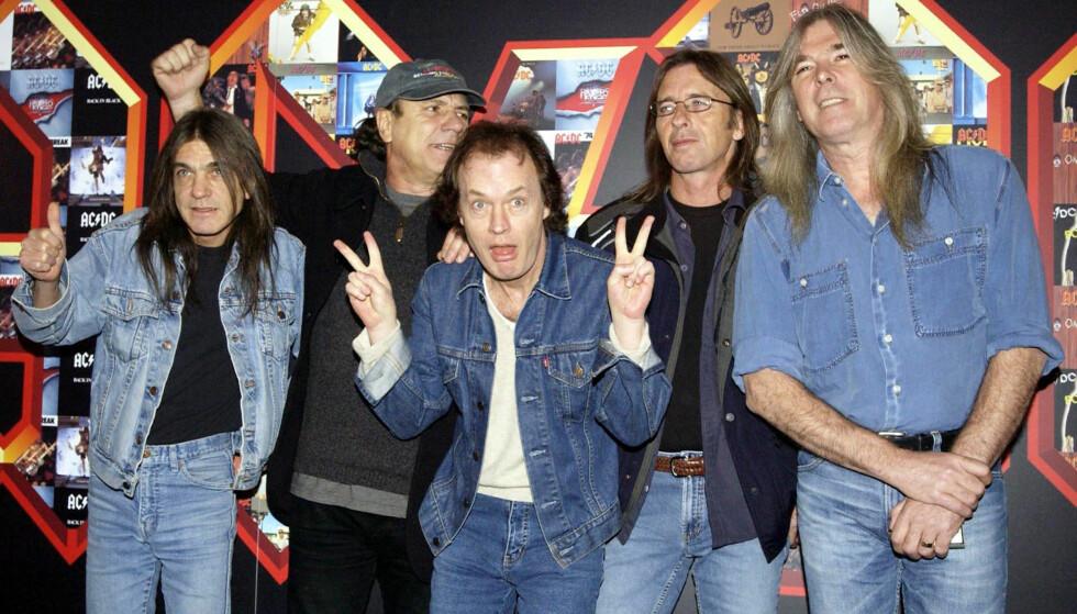 AC/DC: Her poserer bandets medlemmer i London i 2003. Fra venstre: Malcolm Young, Brian Johnson, Angus Young, Phil Rudd og Cliff Williams. Foto: NTB Scanpix.