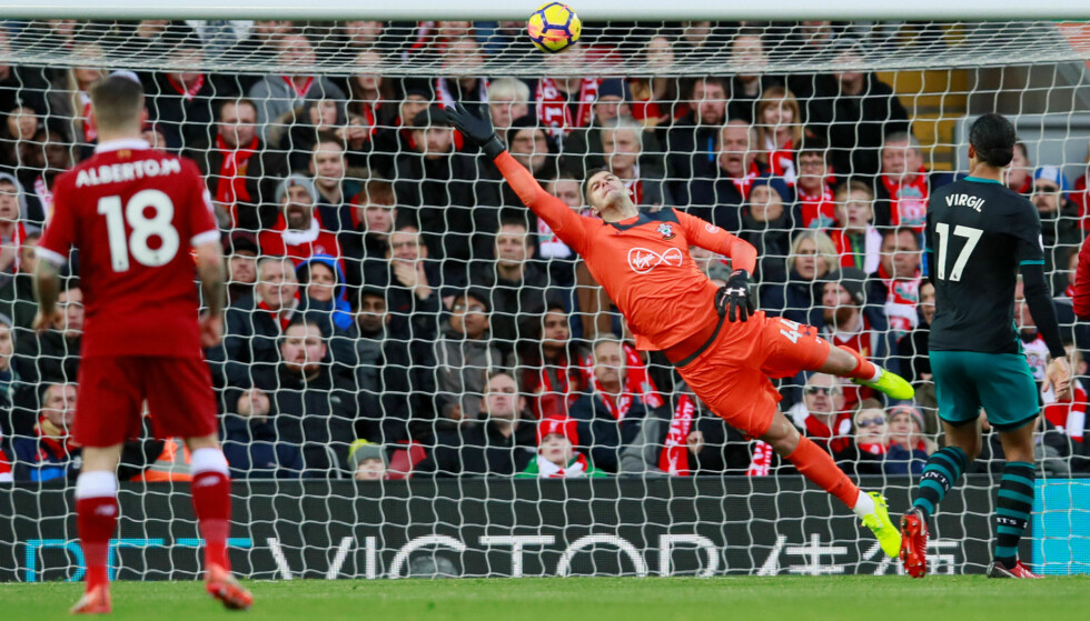 1-0: Salah skrur ballen i en bue over keeper Forster. Foto: Reuters/Jason Cairnduff/NTB Scanpix